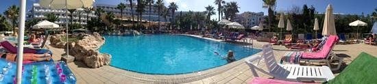 Hotel St. George : panorama of the hotel and pool