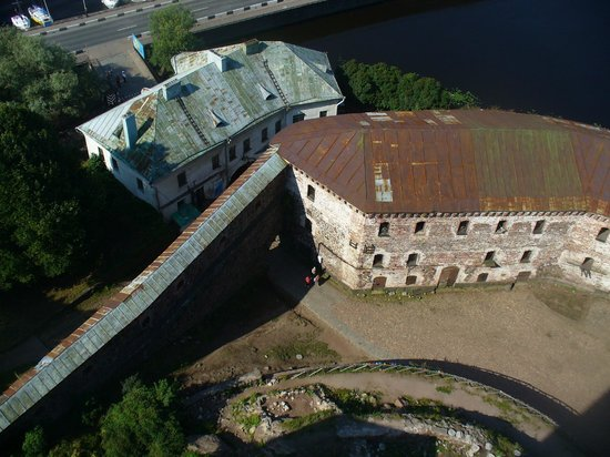 Vyborg Castle: Вид с башни на внутренний двор замка, в котором проходят рыцарские турниры