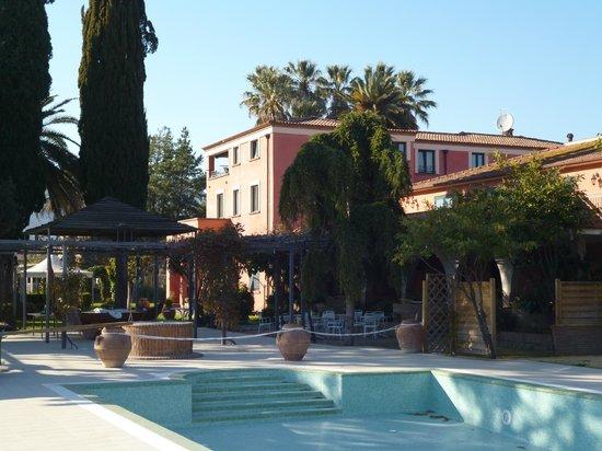 Hotel Ristorante La Palazzina: View of pool and manor