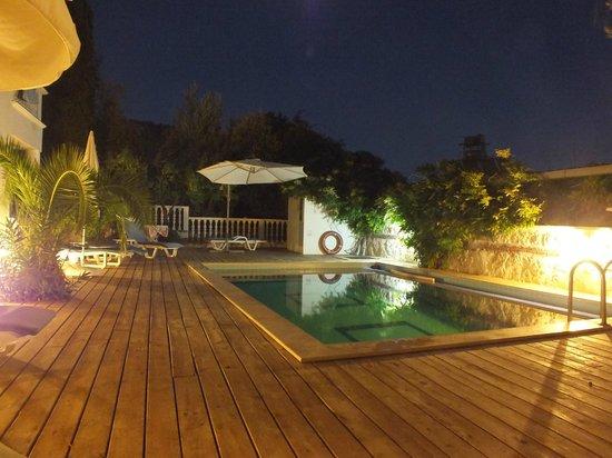 Kelebek Hotel: Deck and pool side.