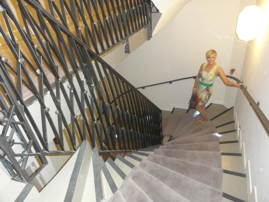 L'Edmond Hôtel: The wonderful staircase, why use the lift?