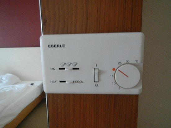 Dorint Hotel Köln-Junkersdorf: Thermostat/climate control in the room