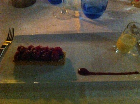 Le Hussard : Tarte crumble, crème pistache et framboise fraiche