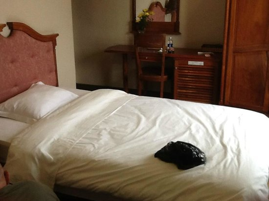 Dreams Hotel: One of the two beds in Room 406