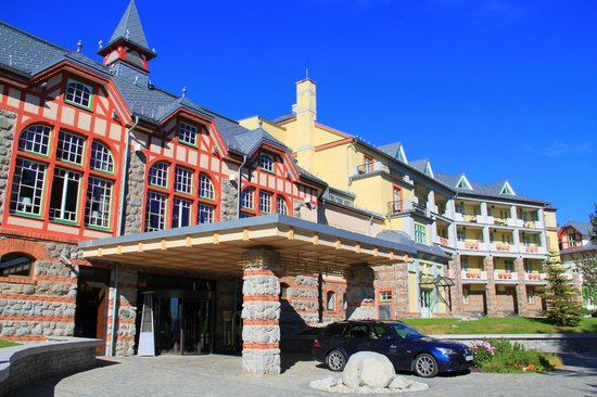 Štrbské Pleso, Slovensko: The entrance to the Grand Hotel; The Grand Restaurant above the entrance