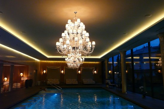 Grand Hotel Kempinski High Tatras : The Zion Spa swimming pool with fine chandeliers