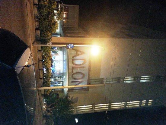 Hotel Adlon: Haupteingang zur Strasse