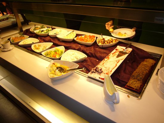 Holiday Inn Maidenhead / Windsor: Buffet selection - let them eat cake