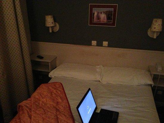 Hotel Le Versailles : Kopfende Bett