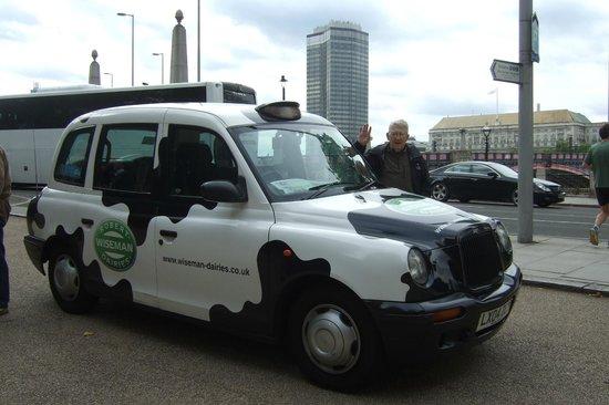 ลอนดอนแค๊บบี้ทัวร์ - ไพรเวททัวร์: My husband beside the Cow Cab!