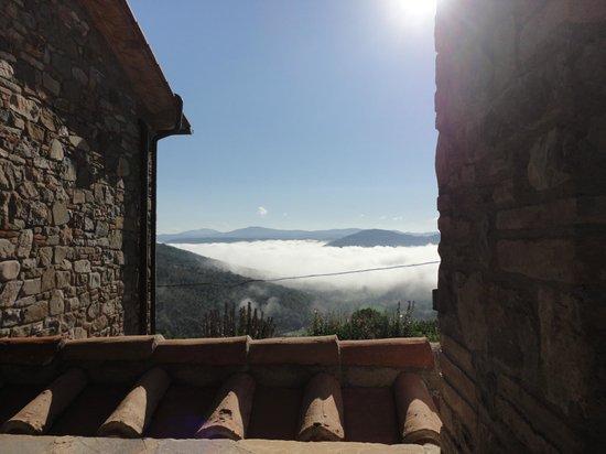 Agriturismo Rocca di Pierle: Blick von unserem Frühstücksplatz über den Frühnebel hinweg