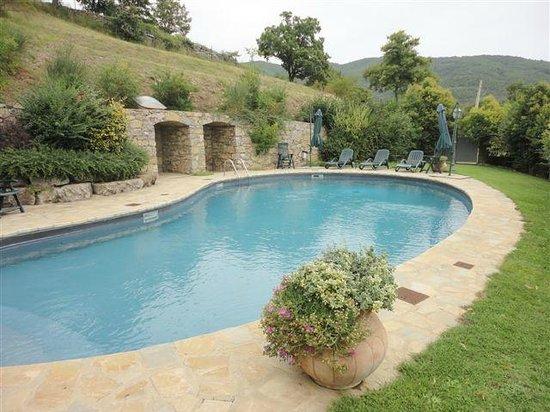 Agriturismo Rocca di Pierle: Garten mit Pool