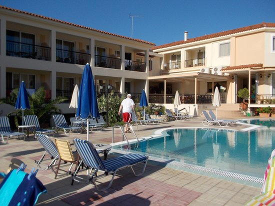 Park Hotel: Round the pool