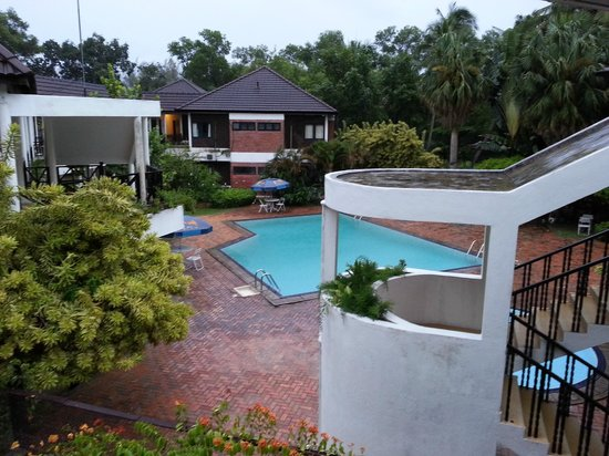 Lumut Country Resort: Under Maintained Pool - Financial Support Needed???