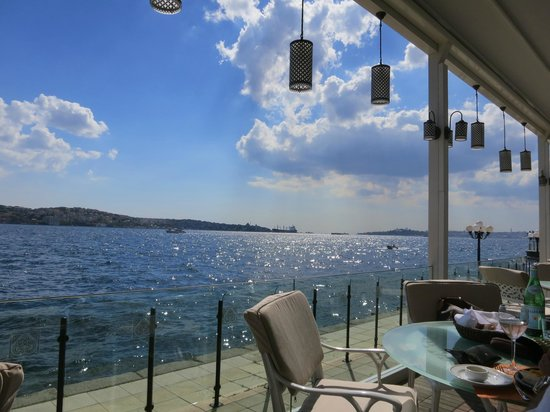 Ciragan Palace Kempinski Istanbul: Poolbar nachmittags