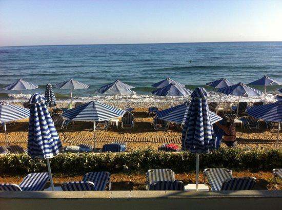 Hydramis Palace Beach Resort: La plage, avec les transats espacés....