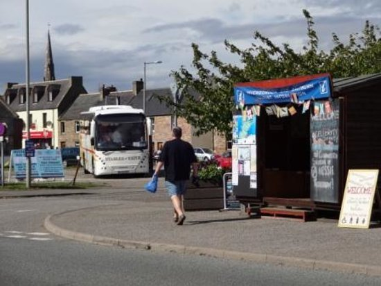 Invergordon Bus Tours: cross the road, there is the busstation