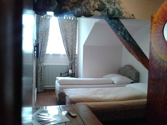 Hotel Adler: Blick Ins Zimmer 32. Hotel Adler: Im Schrank Versteckte Küche