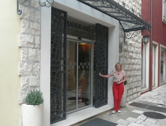 Marmont Hotel Heritage: Front entrance