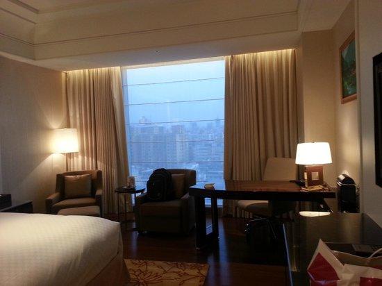 ดิ โอกุระ เพรสทีจ ไทเป: Bedroom with full length window