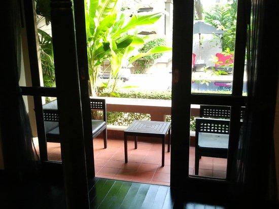 Montra Hotel: Blick vom Bett auf die Terasse