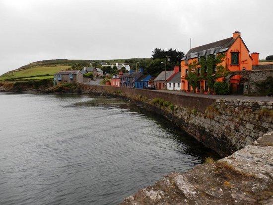 Minane Bridge, Irlande : Le Roberts Cove Inn vu de la baie