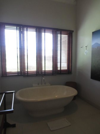 The Dipan Resort Petitenget: Big bathroom