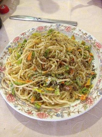 La Fornace: spaghetti cacio pepe e fiori di zucca