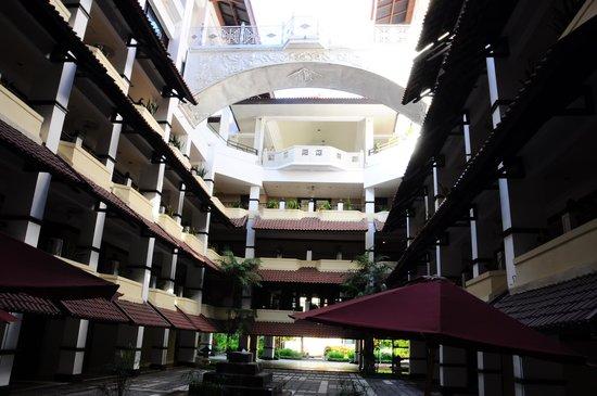 Sheraton Mustika Yogyakarta Resort and Spa: Inside hotel patio