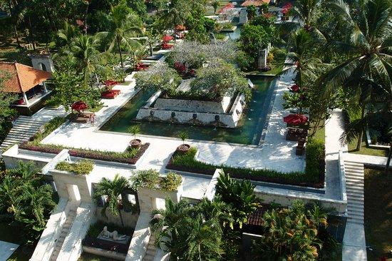 Sheraton Mustika Yogyakarta Resort and Spa: view on poolside from restaurant balcony