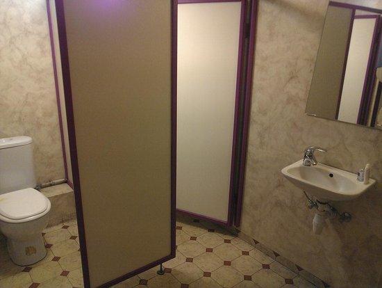 The Capital-Inn : Men's toilet seen from the hallway