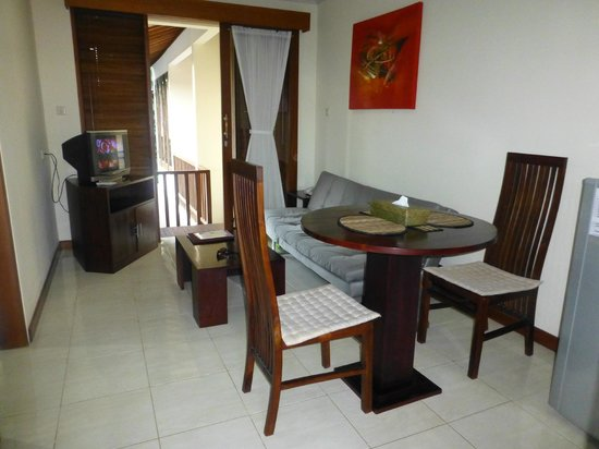 Sekuta Condo Suites: Lounge/meals area