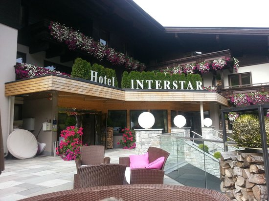 Interstar Hotel: Blick auf Eingang von Terrasse