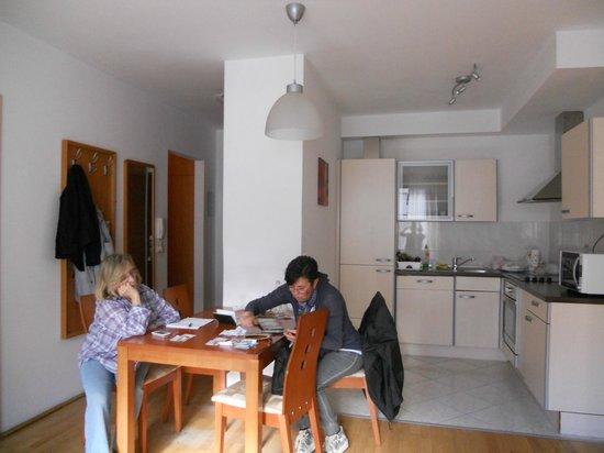 soggiorno e angolo cottura - Picture of King Apartments ...