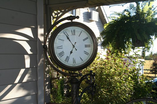Serenity Ranch Bed and Breakfast : Porch Clock