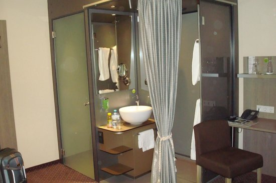 Boutique Hotel Stadthalle: Unusual bathroom arrangement, but very modern and efficient