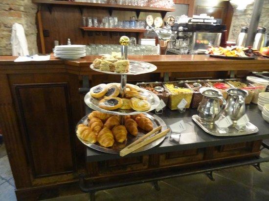 Archibald At the Charles Bridge: Great Breakfast
