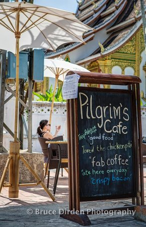 Pilgrim's Cafe: Front outdoor seating with a great view of the National Museum temple