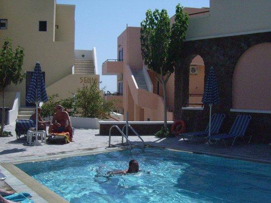 Syrigos Selini Hotel: the pool at Syrigos Selini (Kamari, Santorini)