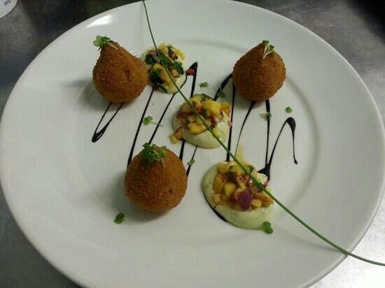 Hatters Bistro: Goat cheese bonbons