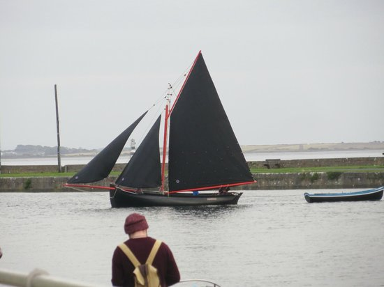 The Herons Rest Boutique Bed & Breakfast: View from my room: a Traditonal Galway Hooker passing by on the water.