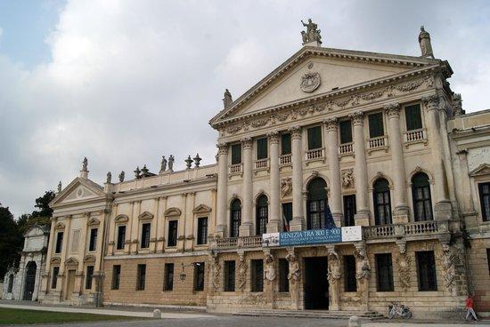 Museo Nazionale di Villa Pisani: ENTRATE DELLA VILLA