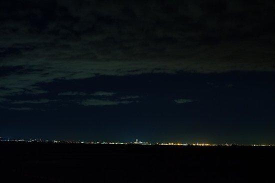 Kannonzaki Keikyu Hotel: 夜、部屋のバルコニーからの眺めです。遠く横浜みなとみらいが望めます。
