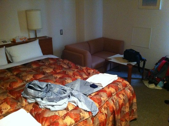Hotel Kitahachi : Room - the nice robes are on the bed