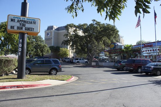 DoubleTree by Hilton Austin - University Area: Entrada al hotel