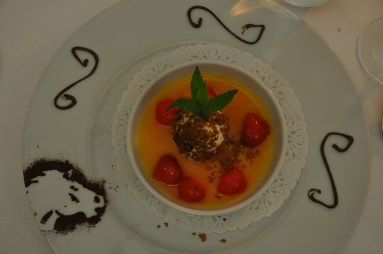 Le Cheval Blanc : Note the white horse outline on the dessert plate