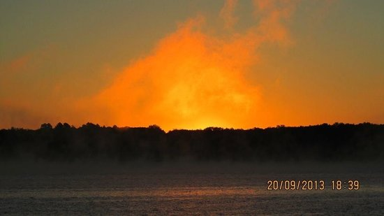 Lake Thunderbird State Park: Sun rises erring the morning on fire.