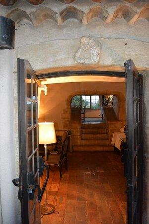L'Abbaye Hotel : accés à une salle à manger