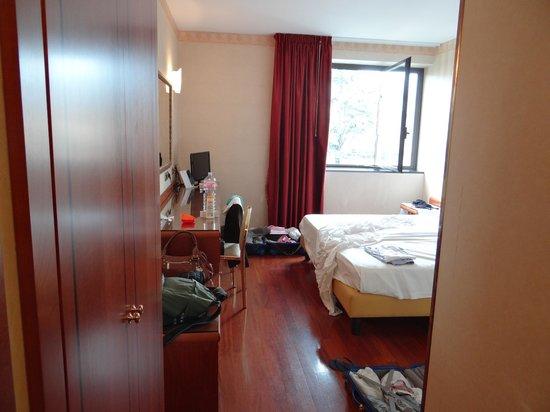 Montresor Hotel Palace: Vista a partir da entrada do quarto. É espaçoso.