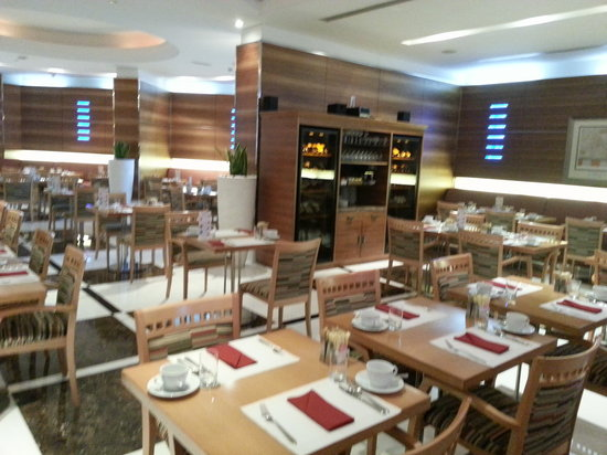 Four Points by Sheraton Downtown Dubai: One of the restaurants downstairs